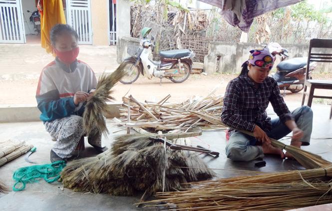 """Đau đáu nỗi lo nhân lực làng nghề-Bài 1: Khi người trẻ """"quay lưng"""" với nghề truyền thống"""