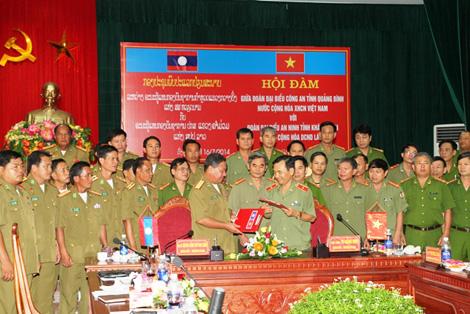 Đẩy mạnh hợp tác giữa Công an Quảng Bình với An ninh Khăm Muộn và Xa Va Na Khẹt