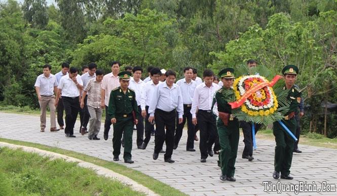 Đồng chí Ngô Văn Dụ, Ủy viên Bộ Chính trị, Bí thư Trung ương Đảng, Chủ nhiệm UBKT Trung ương viếng mộ Đại tướng và thăm các gia đình chính sách