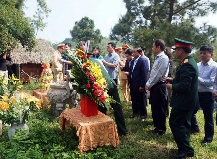 Đoàn công tác của Quốc hội viếng mộ Đại tướng Võ Nguyên Giáp