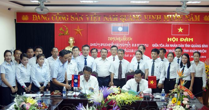 Đoàn công tác của TAND tỉnh Khăm Muộn thăm và làm việc tại Quảng Bình