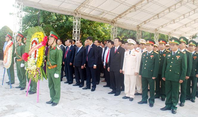 Đoàn đại biểu Đại hội Đảng bộ tỉnh lần thứ XVI dâng hương viếng các Anh hùng Liệt sĩ tại Nghĩa trang Ba Dốc