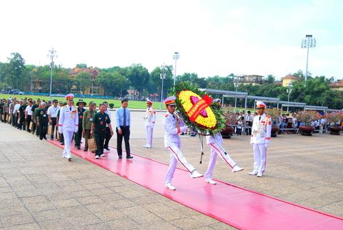 Đoàn đại biểu Người có công với cách mạng tỉnh Quảng Bình vào Lăng viếng Chủ tịch Hồ Chí Minh