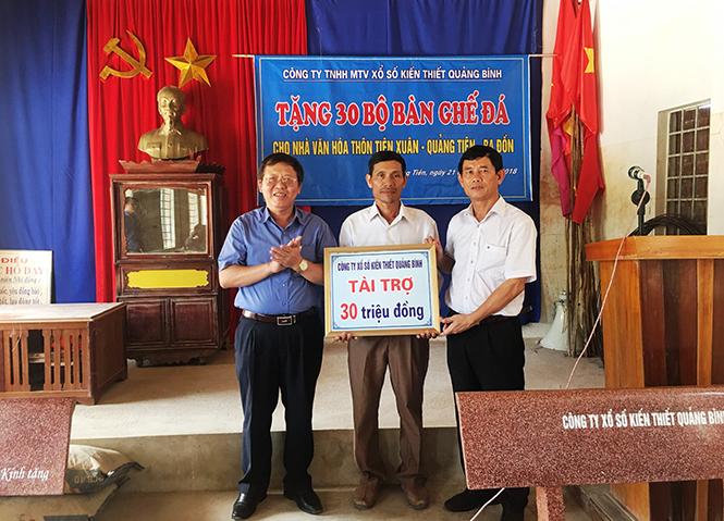 Đoàn đại biểu Quốc hội tỉnh-Công ty TNHH MTV Xổ số kiến thiết Quảng Bình: Trao quà cho nhà văn hoá thôn Tiên Xuân, xã Quảng Tiên