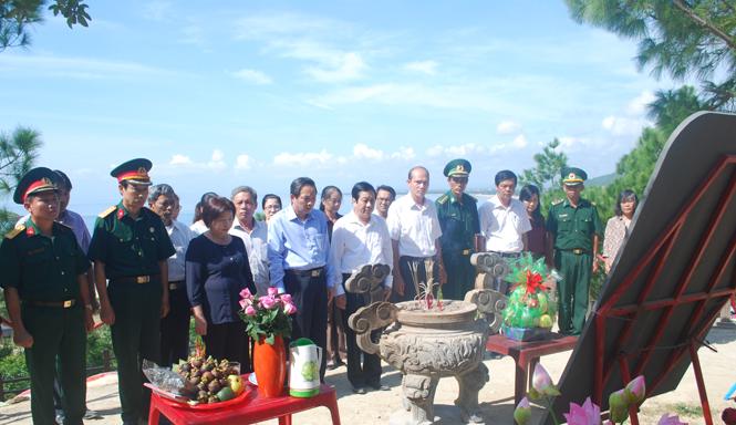 Đoàn đại biểu Tỉnh ủy, HĐND, UBND, UBMTTQVN tỉnh dâng hương viếng Đại tướng Võ Nguyên Giáp