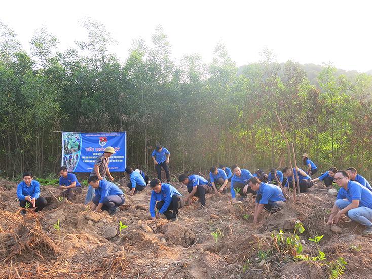 Đoàn Khối các cơ quan tỉnh: Khởi công xây nhà tình nghĩa cho hộ nghèo
