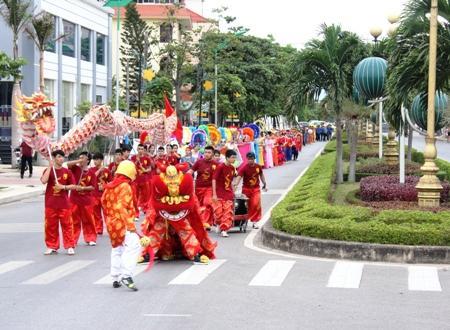 Độc đáo lễ hội múa bông, chèo cạn