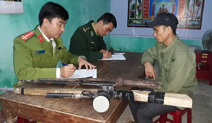 Đồn Biên phòng Cà Xèng vận động đồng bào Rục giao nộp nhiều loại vũ khí