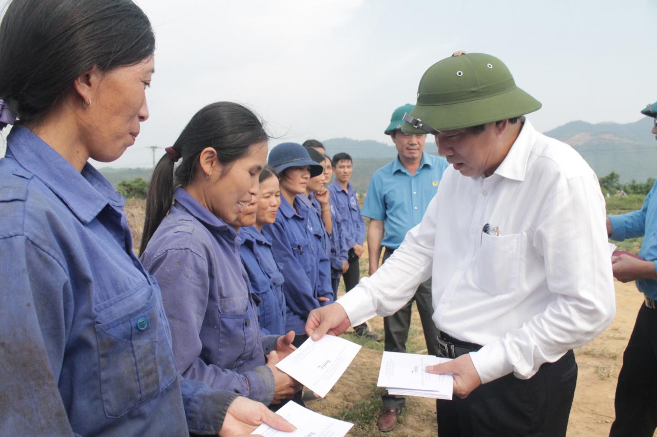Đồng chí Bí thư Tỉnh ủy thăm và tặng quà người lao động