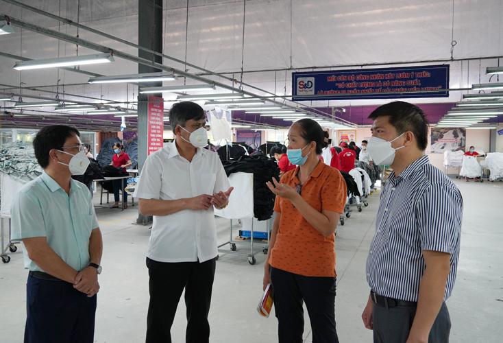 Đồng chí Chủ tịch UBND tỉnh kiểm tra tình hình sản xuất của các doanh nghiệp