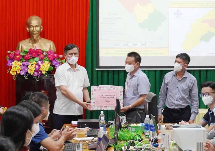 Đồng chí Chủ tịch UBND tỉnh thăm, động viên lực lượng y tế