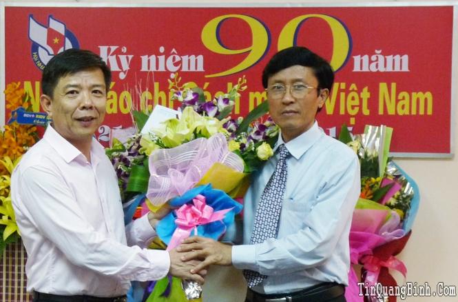 Đồng chí Chủ tịch UBND tỉnh thăm, tặng hoa chúc mừng Báo Quảng Bình nhân dịp kỷ niệm 90 năm ngày Báo chí Cách mạng Việt Nam