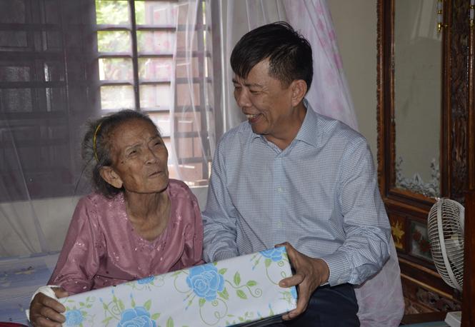 Đồng chí Chủ tịch UBND tỉnh thăm, tặng quà các gia đình có công với cách mạng