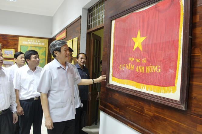 Đồng chí Đinh Thế Huynh, Ủy viên Bộ Chính trị, Bí thư Trung ương Đảng, Trưởng ban Tuyên giáo Trung ương thăm, tặng quà Đảng bộ xã Cự Nẫm