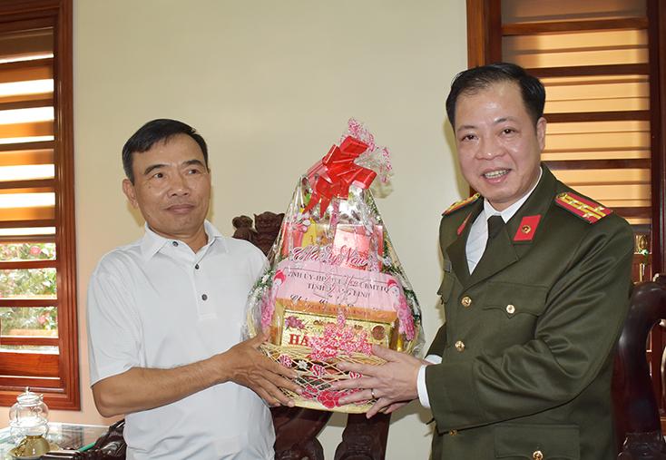Đồng chí Giám đốc Công an tỉnh thăm, tặng quà nhân dịp Tết Nguyên đán Canh Tý 2020