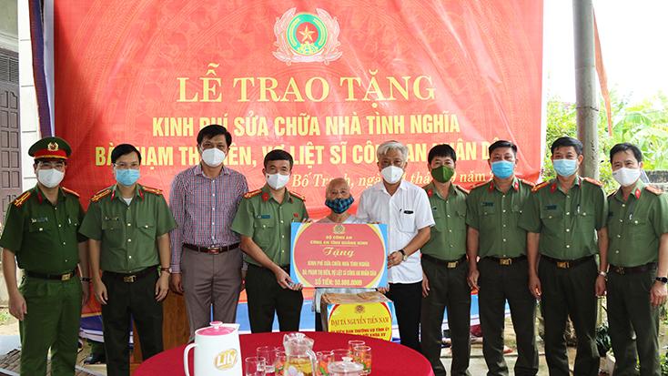 Đồng chí Giám đốc Công an tỉnh trao tặng kinh phí xây dựng và sửa chữa nhà tình nghĩa