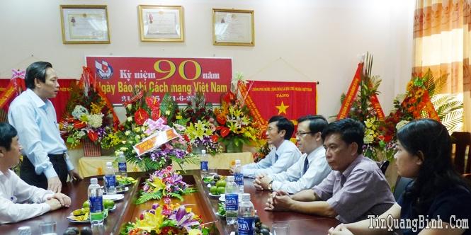 Đồng chí Hoàng Đăng Quang chúc mừng Báo Quảng Bình nhân kỷ niệm 90 năm ngày Báo chí Cách mạng Việt Nam
