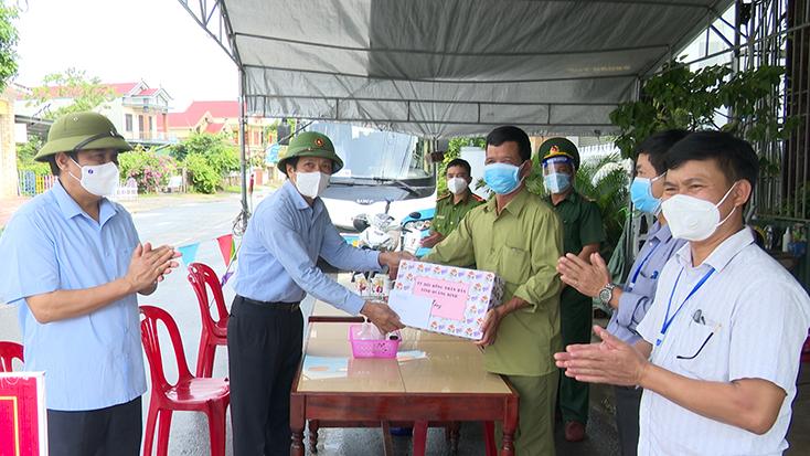Đồng chí Nguyễn Công Huấn thăm, tặng quà lực lượng phòng, chống dịch Covid-19 tại huyện Bố Trạch