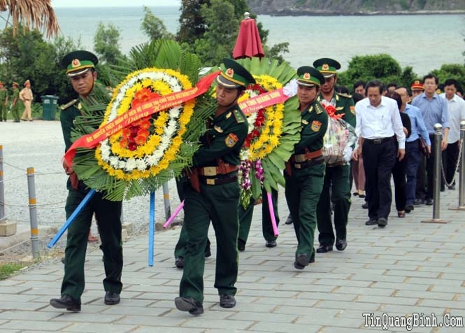 Đồng chí Nguyễn Thiện Nhân, Ủy viên Bộ Chính trị, Chủ tịch Uỷ ban Trung ương MTTQVN và các đồng chí lãnh đạo tỉnh viếng mộ Đại tướng Võ Nguyên Giáp