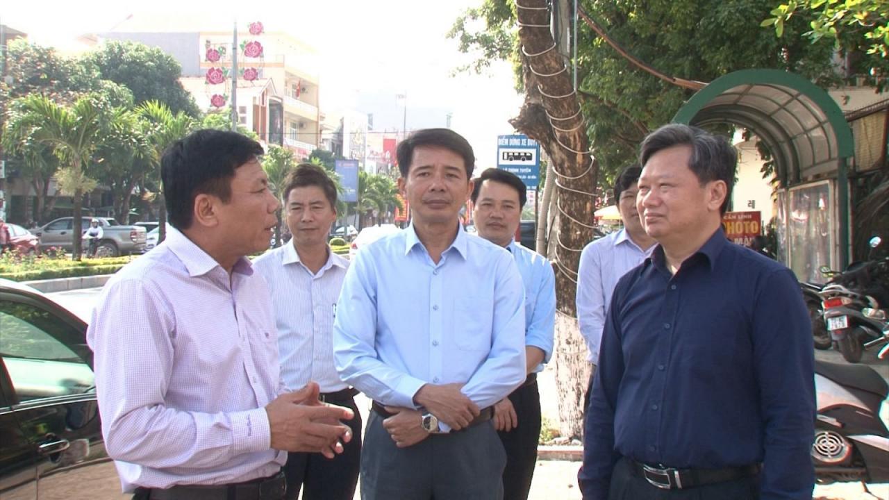 Đồng chí Nguyễn Tiến Hoàng kiểm tra công tác chỉnh trang cáp thông tin