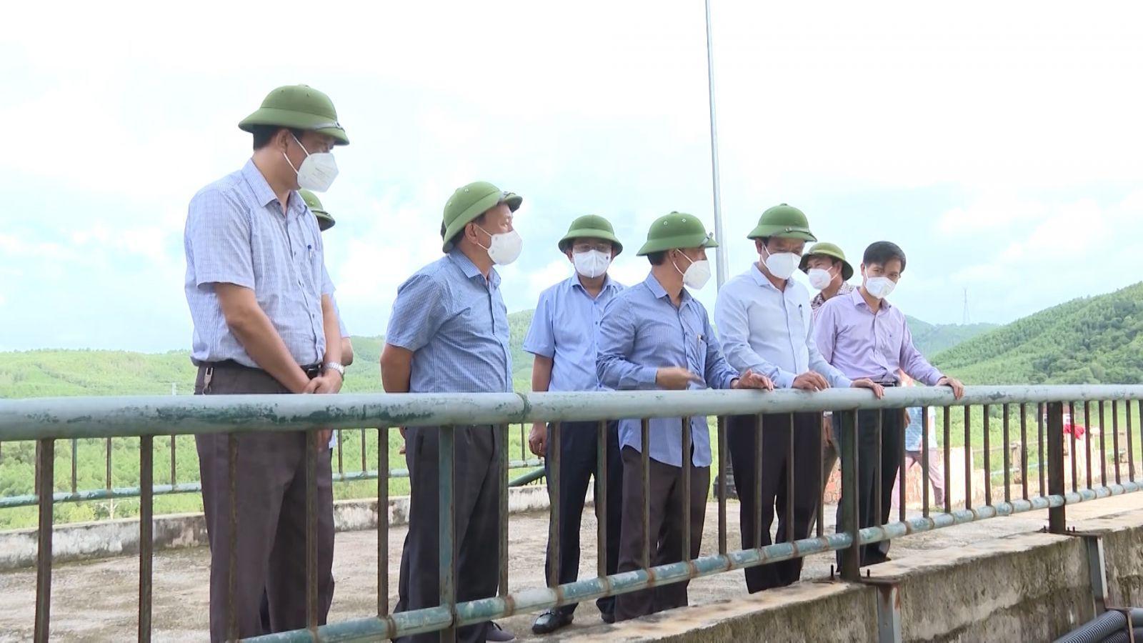 Đồng chí Phó Bí thư Thường trực Tỉnh ủy kiểm tra tình hình sản xuất tại huyện Quảng Ninh