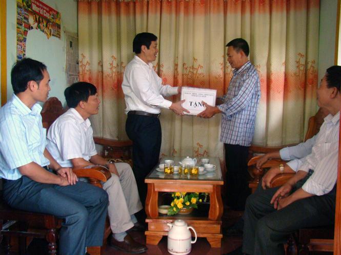 Đồng chí Phó Chủ tịch Thường trực UBND tỉnh thăm và tặng quà đối tượng chính sách tại huyện Quảng Ninh