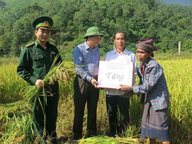 Đồng chí Phó Chủ tịch UBND tỉnh thăm mô hình lúa nước và thủy lợi ở xã Dân Hóa