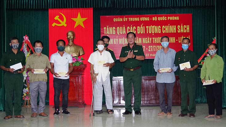 Đồng chí Thứ trưởng Bộ Quốc phòng thăm, tặng quà đối tượng chính sách tại huyện Quảng Ninh