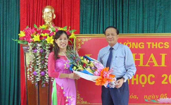 Đồng chí Trần Văn Tuân, Phó Chủ tịch UBND tỉnh dự lễ khai giảng năm học mới tại Minh Hóa