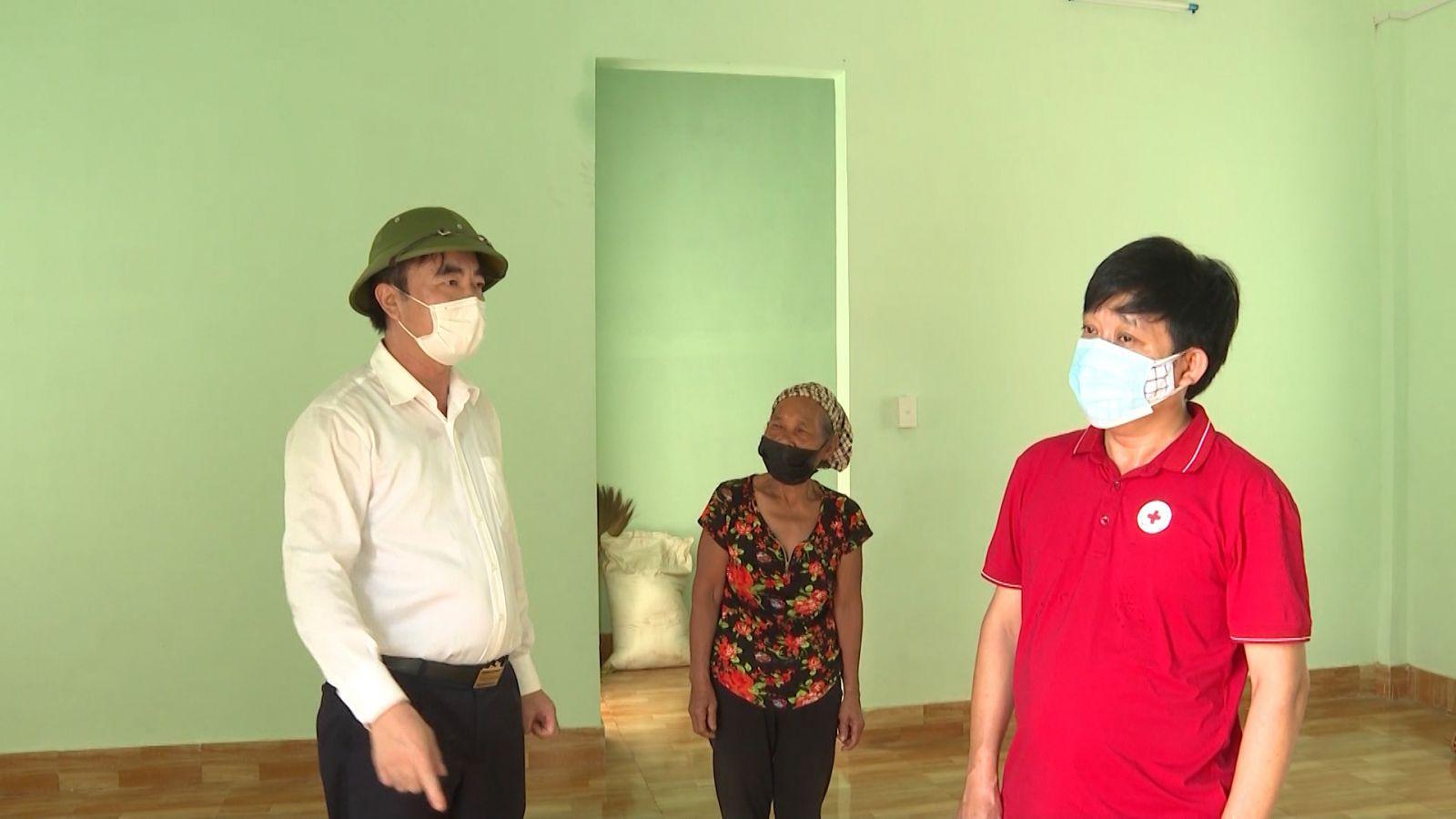 Đồng chí Trưởng Ban Nội chính Tỉnh ủy kiểm tra khu tái định cư ở bản Cha Lo