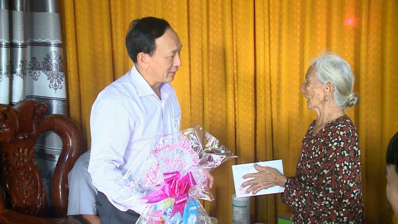 Đồng chí Trưởng Ban Nội chính Tỉnh ủy tặng quà cho các đảng viên cao tuổi