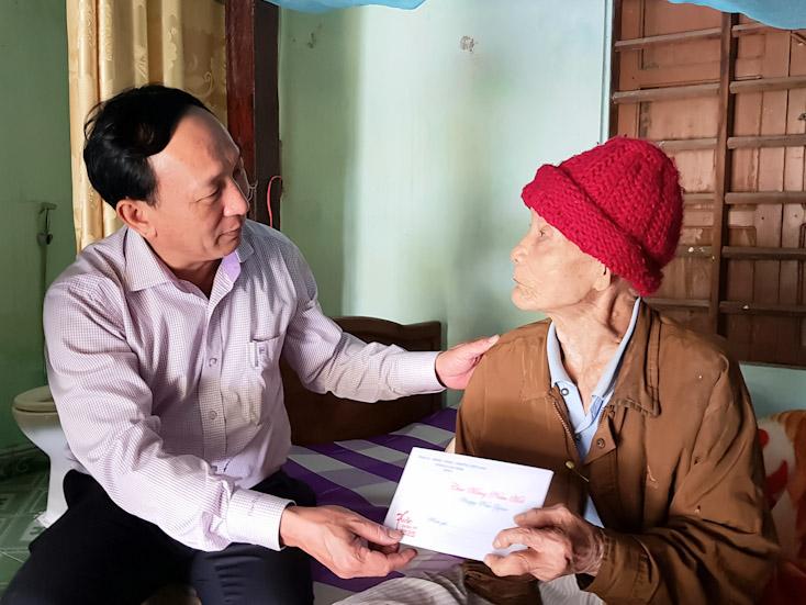 Đồng chí Trưởng ban Nội chính Tỉnh ủy thăm đảng viên có tuổi Đảng cao ở thị xã Ba Đồn