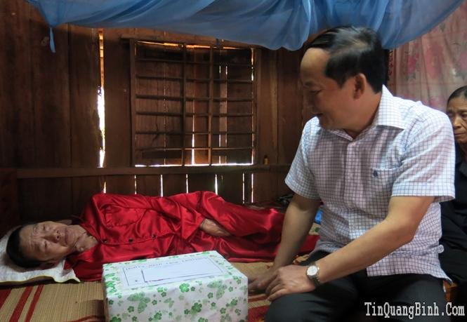 Đồng chí Trưởng ban Tổ chức Tỉnh ủy thăm, tặng quà các gia đình chính sách