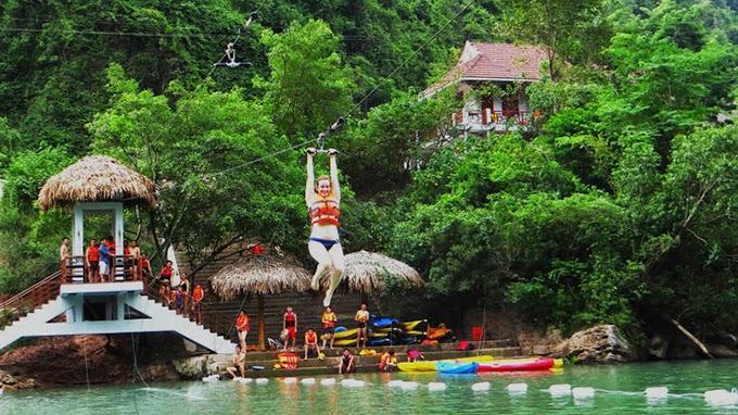 Đu dây vượt sông Chày khám phá hang Tối