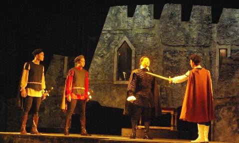 Đưa trò Xuân Phả vào kịch Hamlet