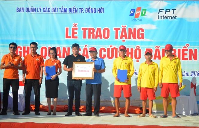 FPT Telecom trao tặng 10 bộ ghế quan sát cứu hộ bãi biển