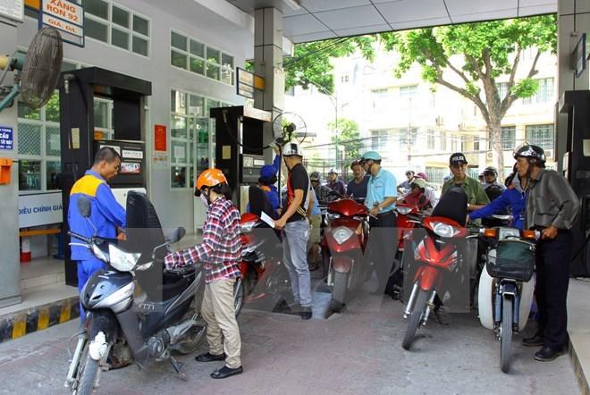 Giá xăng giảm nhẹ, thấp hơn 700 đồng so với thời điểm đầu năm