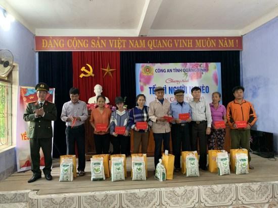 Giám đốc Công an tỉnh trao 300 suất quà tết người nghèo, gia đình chính sách
