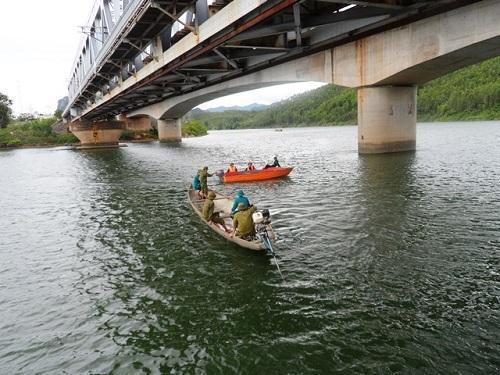 Đi xe máy trên cầu đường sắt, rơi xuống sông mất tích