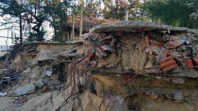 Hàng trăm mét bờ biển bị sạt lở nghiêm trọng sau bão số 10