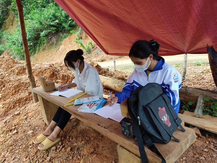 Hai nữ sinh Vân Kiều dựng lán học online