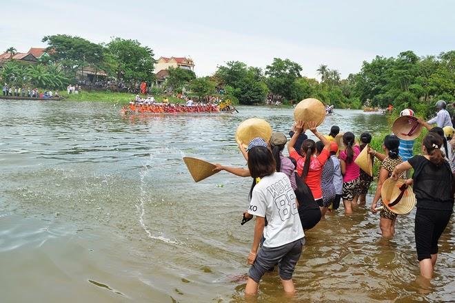 Hàng chục nghìn người cổ vũ đua thuyền ở quê Đại tướng