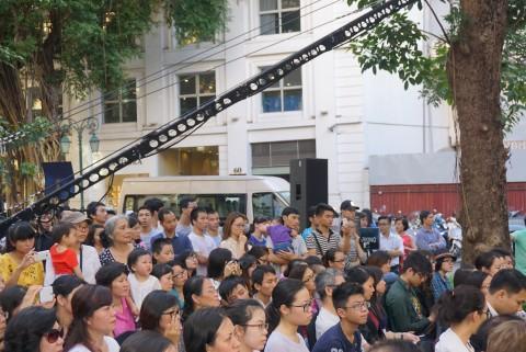 Hàng ngàn khán giả đứng nghe nhạc cổ điển trên vỉa hè