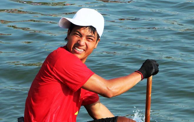 Hàng ngàn người đội nắng hò reo, cổ vũ đua thuyền trên sông Nhật Lệ