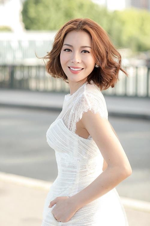 Hoa hậu Hải Dương trẻ trung, gợi cảm với váy cúp ngực