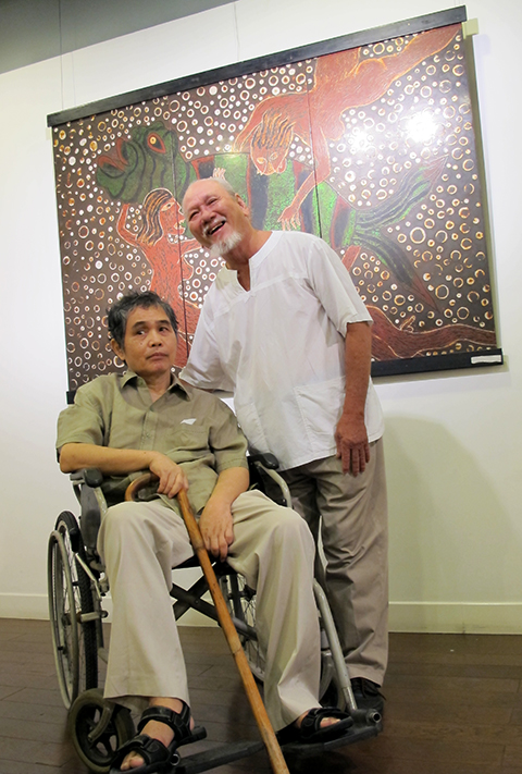 Họa sĩ Đào Minh Tri liệt nửa người vẫn miệt mài vẽ tranh từ xe lăn