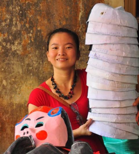 Họa sĩ Trang Thanh Hiền dạy trẻ làm mặt nạ đón Trung thu
