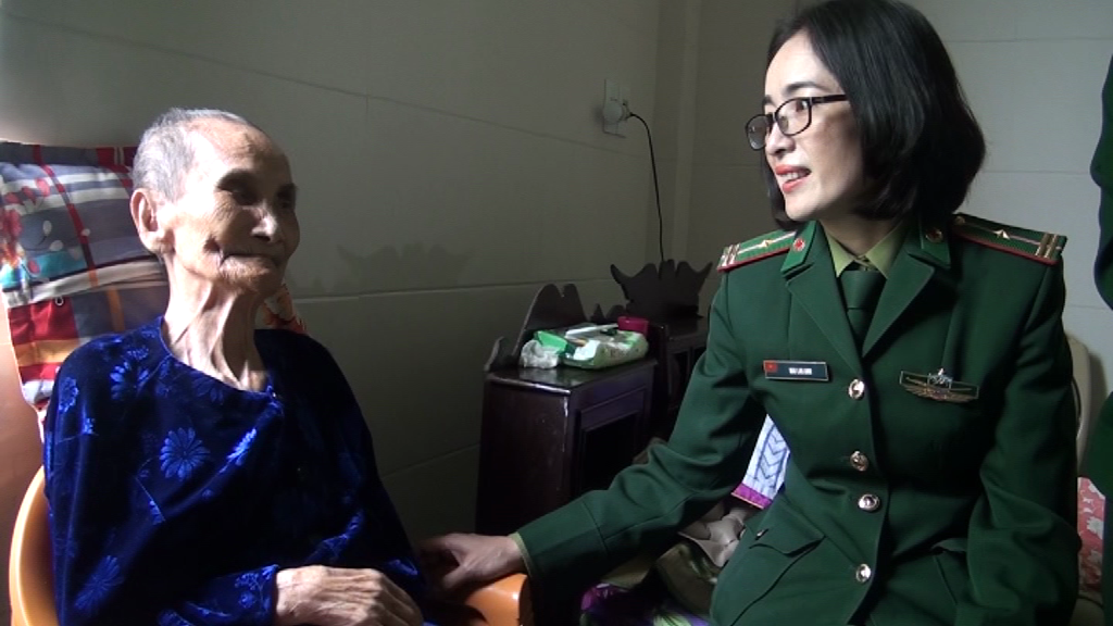 Hội Phụ nữ BĐBP Quảng Bình thăm, tặng quà Mẹ Việt Nam anh hùng