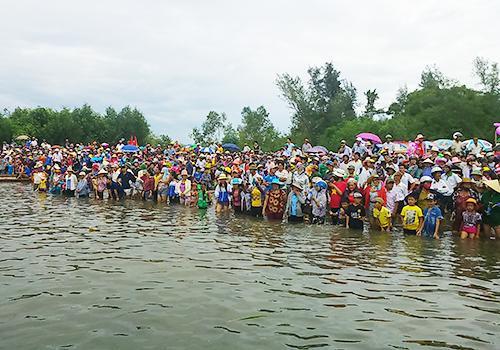 Hồng Thủy: Nghìn người dân cổ vũ đua thuyền sau 30 năm vắng bóng