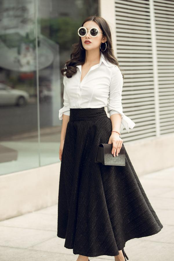 'Hot girl ngủ gật' Emmy Nguyễn khoe ngực trần lấp ló trên phố